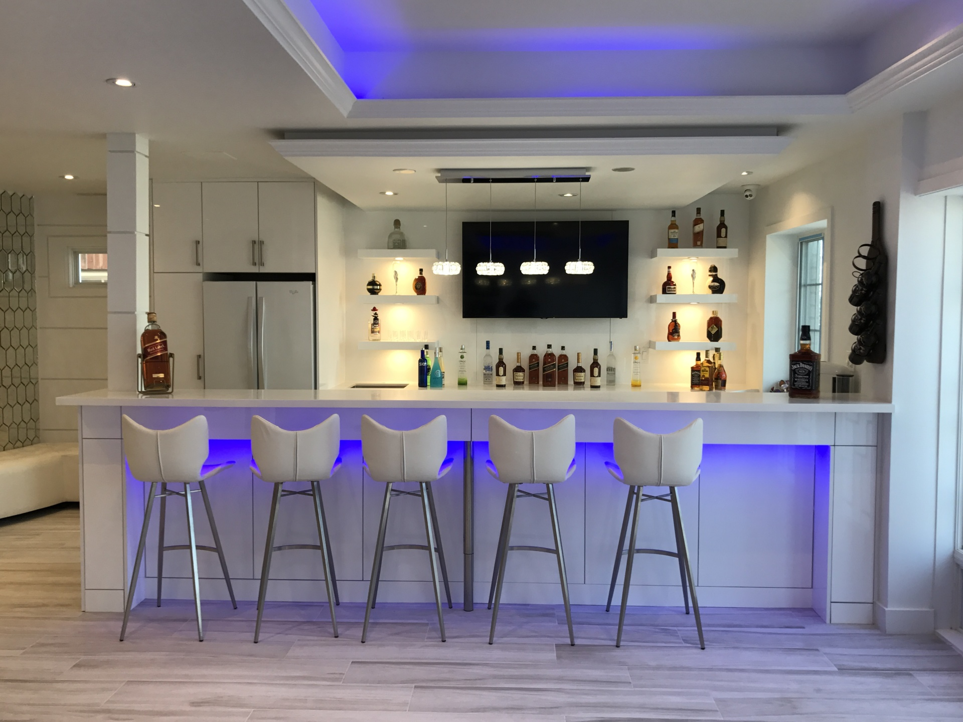 HIGH GLOSS WHITE BAR DESIGN